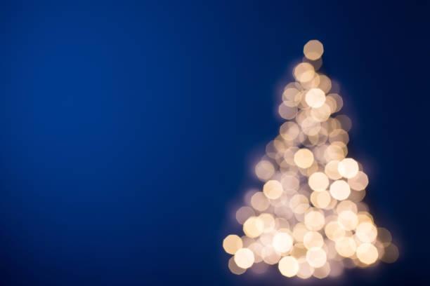verschwommene weihnachtsbaum, deutschland - weihnachtskarte stock-fotos und bilder