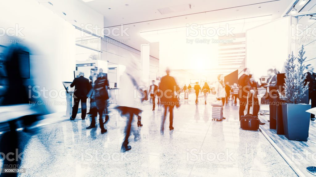 unscharfen Menge von Menschen in einer futuristischen Umgebung Lizenzfreies stock-foto