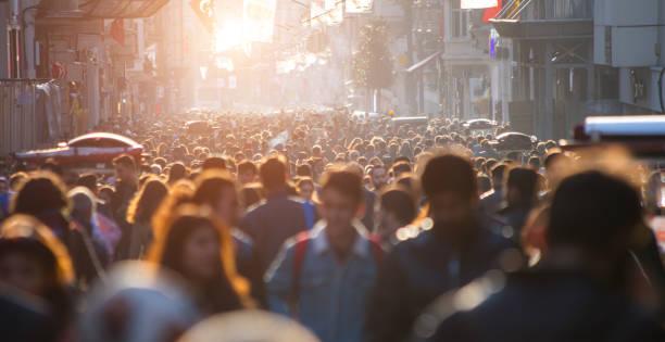blurred crowd of unrecognizable at the street - tłum zdjęcia i obrazy z banku zdjęć