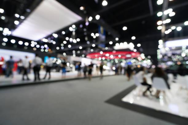 sfondo sfocato e sfocato della sala espositiva pubblica degli eventi. concetto di fiera aziendale o di attività commerciale - evento foto e immagini stock
