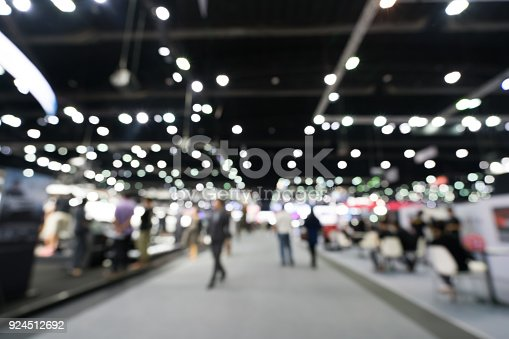 istock Blurred, defocused background of public exhibition hall. Business tradeshow or stock market, organization or company event, commercial trading fair, or shopping mall marketing advertisement concept 924512692