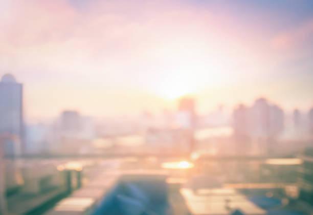 restaurante de mesa comedor borroso con hermosa vista de la ciudad en el fondo de la escena del crepúsculo - ciudad fotografías e imágenes de stock