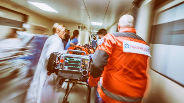 flou urgence de l'hôpital - auxiliaire médical photos et images de collection