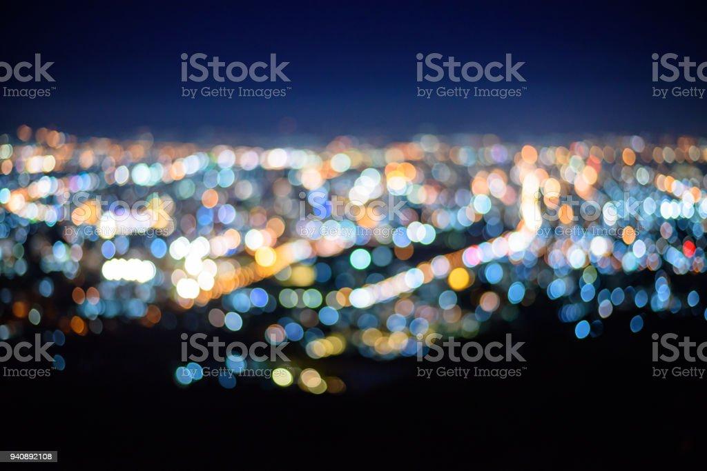 Foco turva da vista da cidade à noite - foto de acervo
