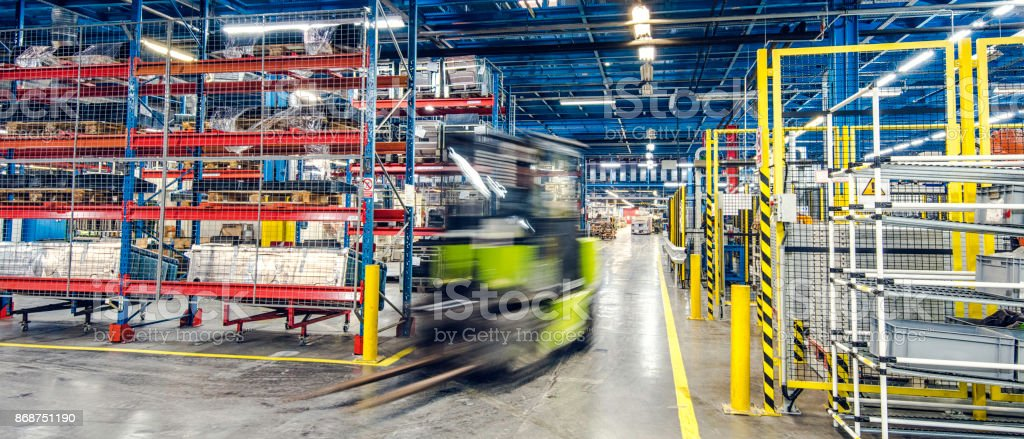Verschwommene Gabelstapler in Fabrik – Foto