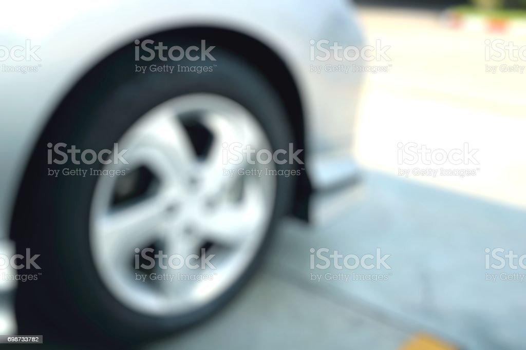 Floue roue avant d'une voiture blanche en vue de côté tandis que stationné - Photo