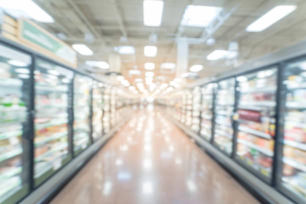corredor de alimentos congelados e preparados turva em loja de varejo na américa - comida congelada - fotografias e filmes do acervo