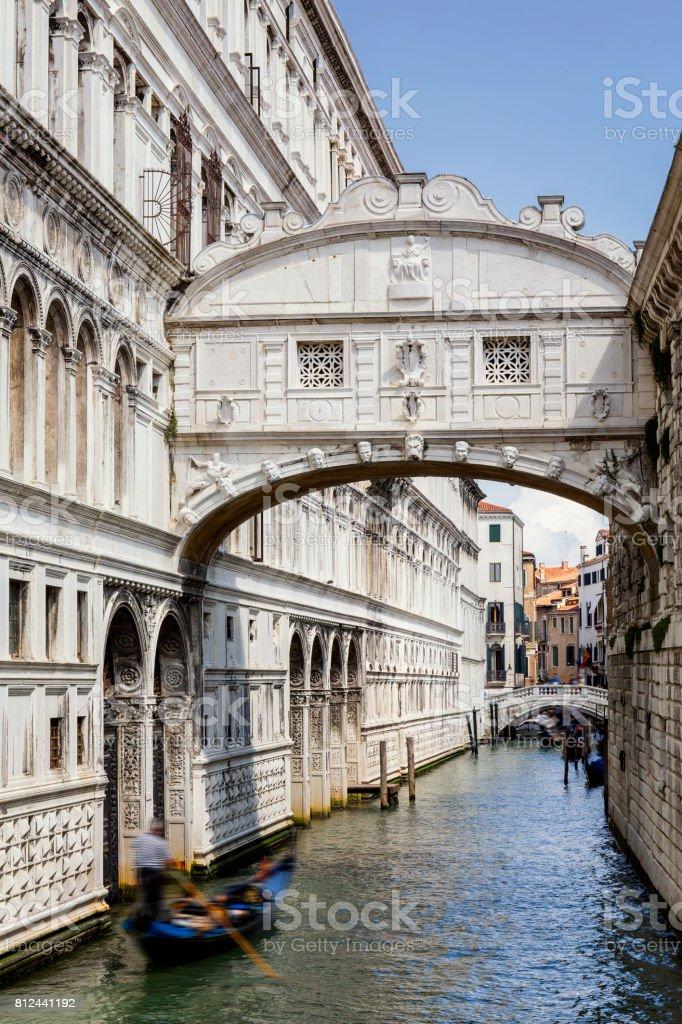 Floue gondole sous le pont des soupirs à Venise - Photo