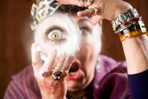 gyspy mit einer kristallkugel - hippie kostüm damen stock-fotos und bilder
