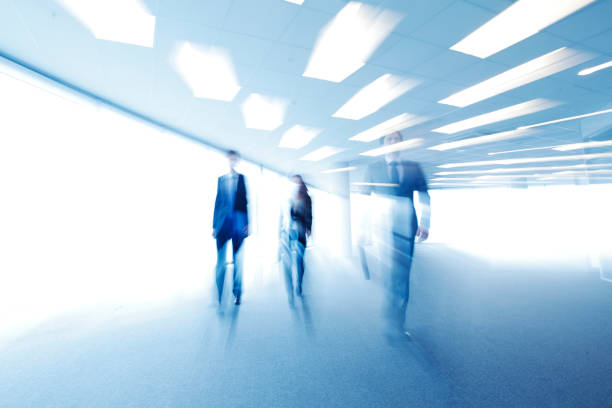 Verschwdenes Bild von Geschäftsleuten zu Fuß – Foto