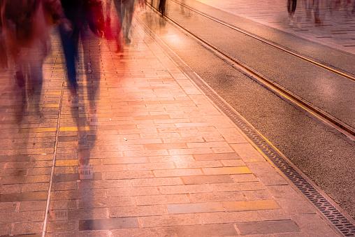 Wazig Beeld Van De Man Mensen Wandelen Stockfoto en meer beelden van Aan het werk