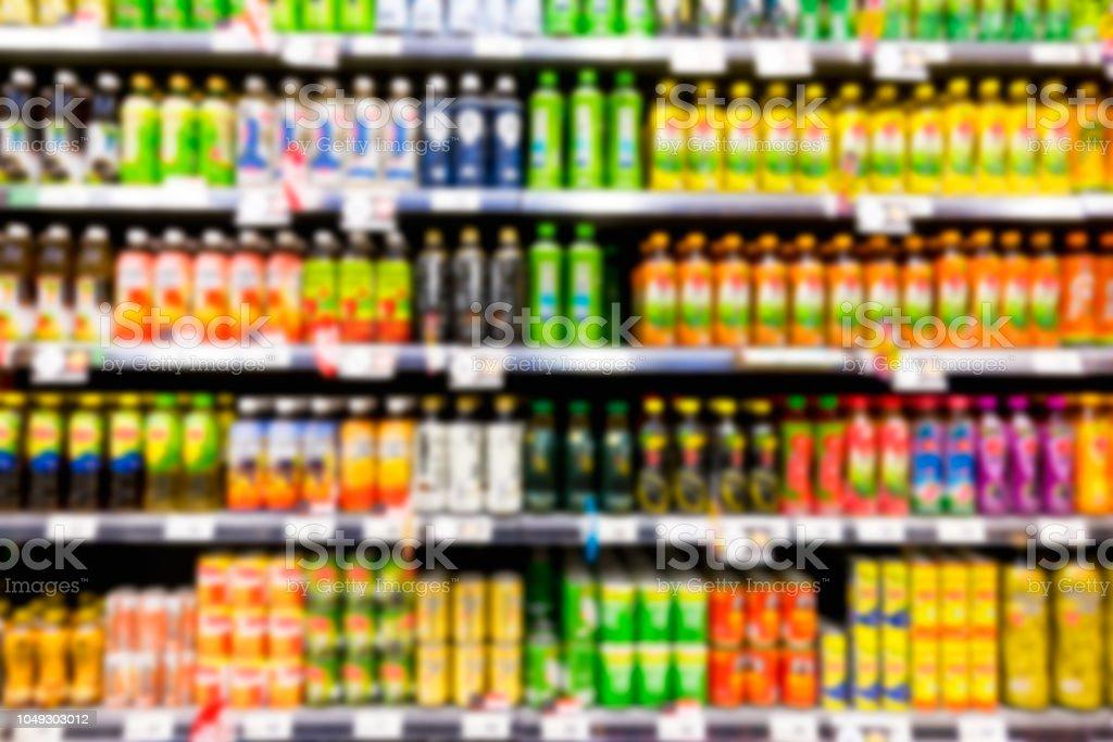 슈퍼마켓에서 음료 병의 선반의 흐린된 이미지 - 로열티 프리 고객 스톡 사진