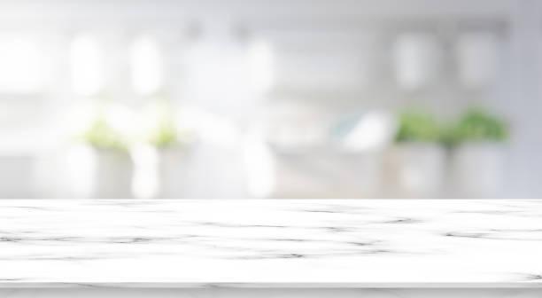 borrado dentro do banheiro moderno luxuoso interior no fundo da manhã com o tabletop de mármore branco do teste padrão para a mostra, promova anúncios e projete o produto no conceito da exposição - banheiro doméstico - fotografias e filmes do acervo