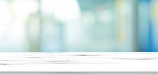 verschwommen innen der innenausstattung luxus moderne badezimmer in der morgen panorama-hintergrund mit weißen marmor muster tischplatte für show, fördern anzeigen und design-produkt auf display-konzept - fokus auf den vordergrund stock-fotos und bilder