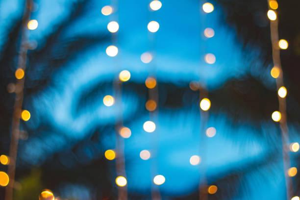 floue bokeh léger avec fond arbre cocotier sur coucher de soleil - motif tropical photos et images de collection