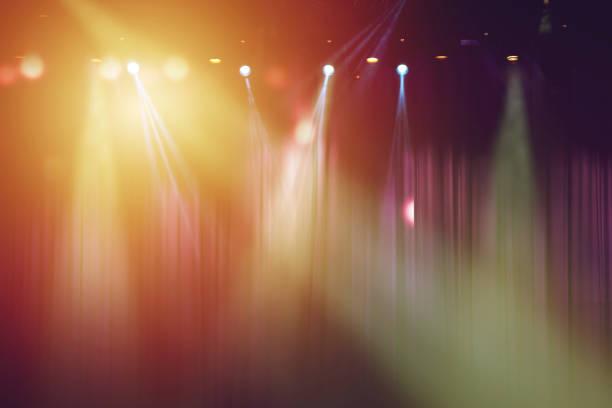 suddig lamporna på scenen och röd gardin teater för drama bakgrund - disco lights bildbanksfoton och bilder