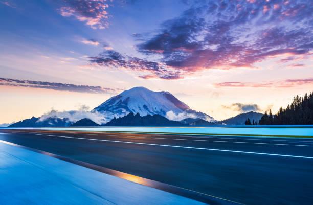 blurred motion highway - góry kaskadowe zdjęcia i obrazy z banku zdjęć