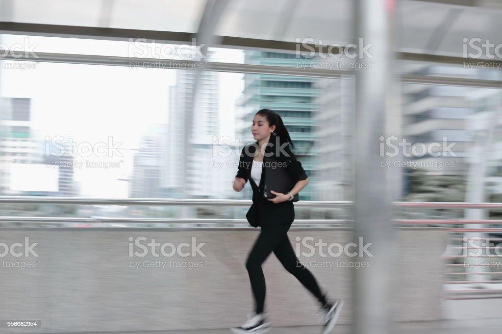 オフィスで動作するように実行しているフォーマルな服装の若いアジア ビジネス女性のぼやけ動き - 1人のロイヤリティフリーストックフォト