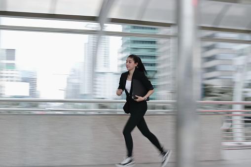 オフィスで動作するように実行しているフォーマルな服装の若いアジア ビジネス女性のぼやけ動き - 1人のストックフォトや画像を多数ご用意