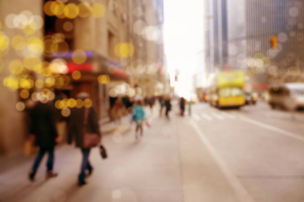 blurred motion people on busy street - city walking background foto e immagini stock