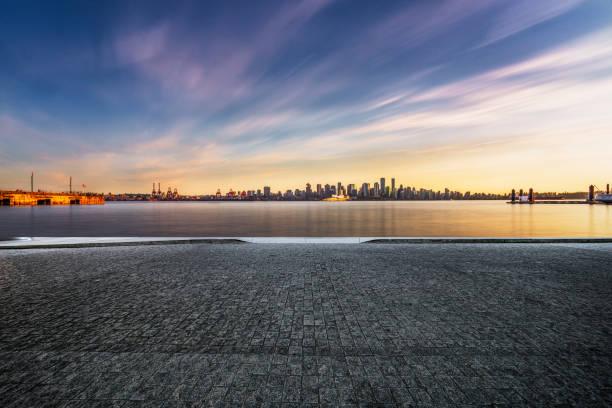 verschwommene Bewegung Straßenfahrt durch Vancouver Hafen – Foto