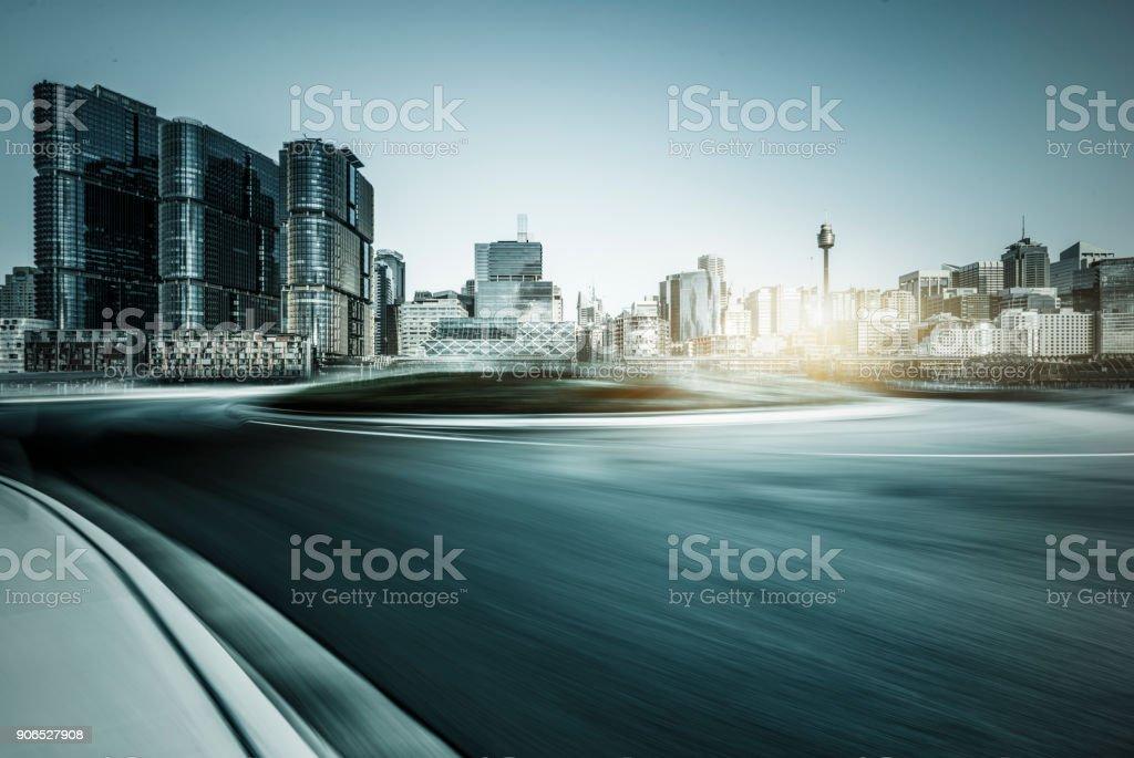 Bewegungsunschärfe Straßenfahrt durch moderne Wolkenkratzer von Sydney – Foto