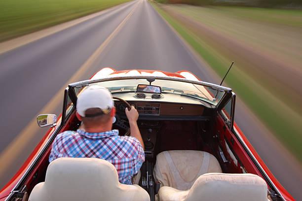 bewegungsunschärfe aufnahme von mann fahren und fixierbaren ärmeln - 1m coupe stock-fotos und bilder