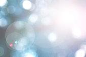 ツリーは青色のトーンで上向きに見ての太陽フレアと、ぼやけて自然の背景
