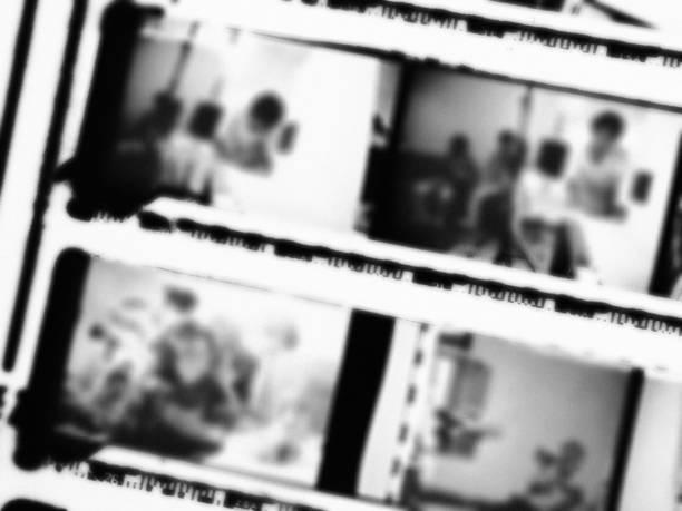 verschwommener 35mm filmkontaktdruck mit filmkorn auf schwarzweiß - dokumentation stock-fotos und bilder