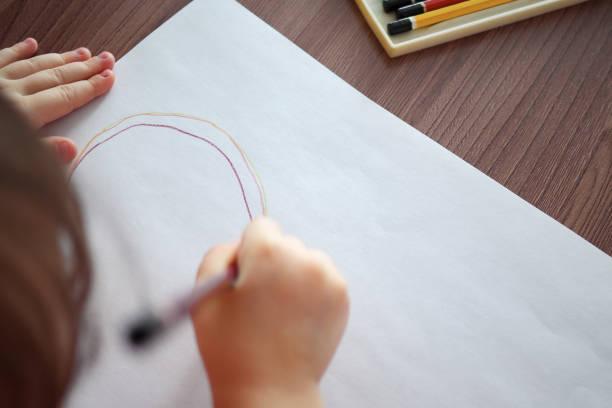 Unverschwommene Kinder zieht mit Bleistift – Foto