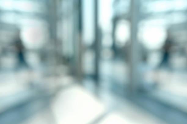 verschwommene büro hintergrund - foto im glas stock-fotos und bilder