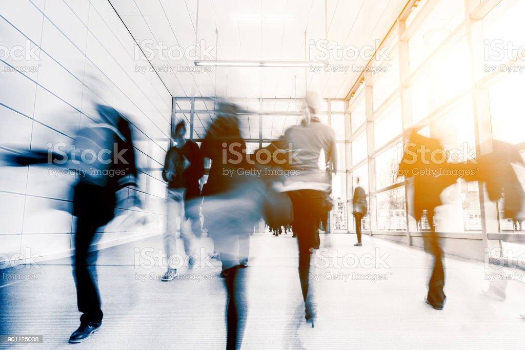 Verschwommene Menschen pendeln in einer modernen Halle Lizenzfreies stock-foto