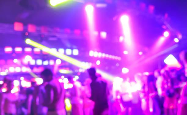 Floues gens danse musique nuit événement festival - Abtsract Pasante l'arrière-plan de l'image de la discothèque après soirée avec show laser - vie nocturne entertainment concept - projecteur marsala lumineux filtre - Photo