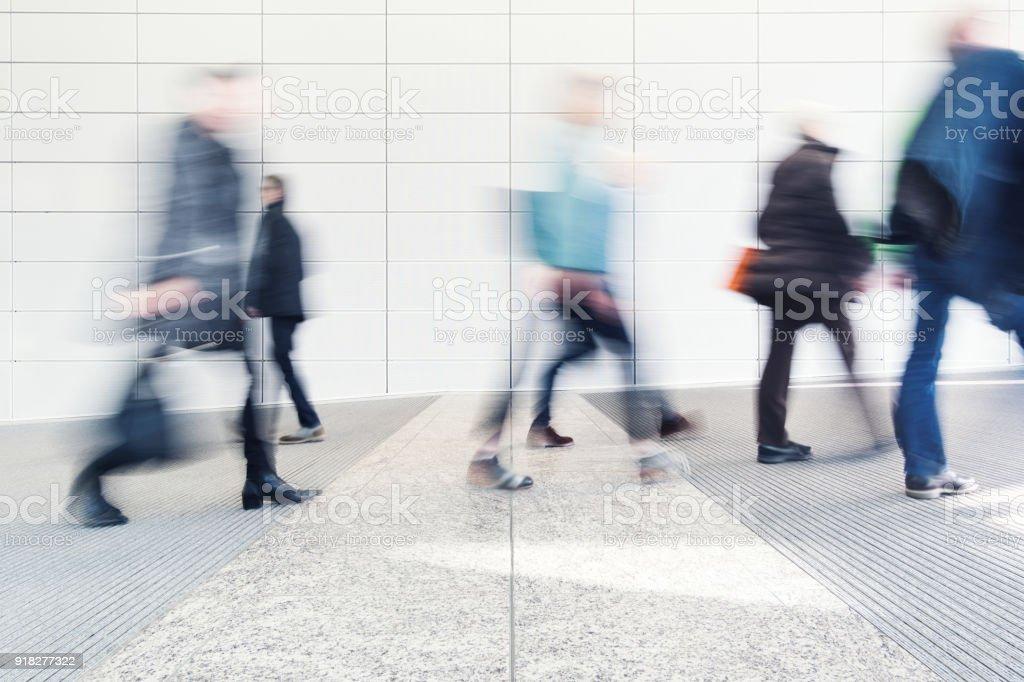verschwommene Menschen in einem Korridor Lizenzfreies stock-foto