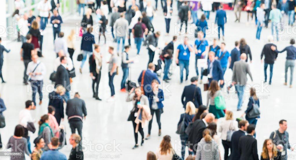 verschwommene Menschen in einer modernen Halle - Lizenzfrei Ausstellung Stock-Foto