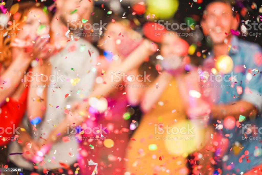 模糊的人製作党扔五彩紙屑-年輕人慶祝在週末晚上-娛樂, 樂趣, 新年前夜, 夜生活和節日概念-失敗的照片 - 免版稅2019圖庫照片