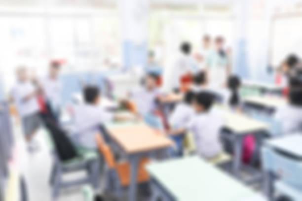 verschwommene grundschule mit eltern und kindern im hintergrund. tag der offenen tür im kindergarten studenten defocus. - kindergarten workshop stock-fotos und bilder
