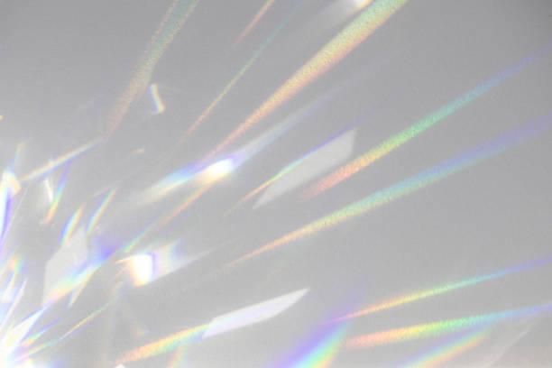 vage regenboog lichte brekingstextuur op witte muur - lichtbreking stockfoto's en -beelden