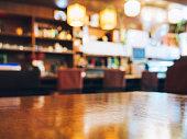 ぼやけたレストランのテーブルカウンターバーのショップの背景