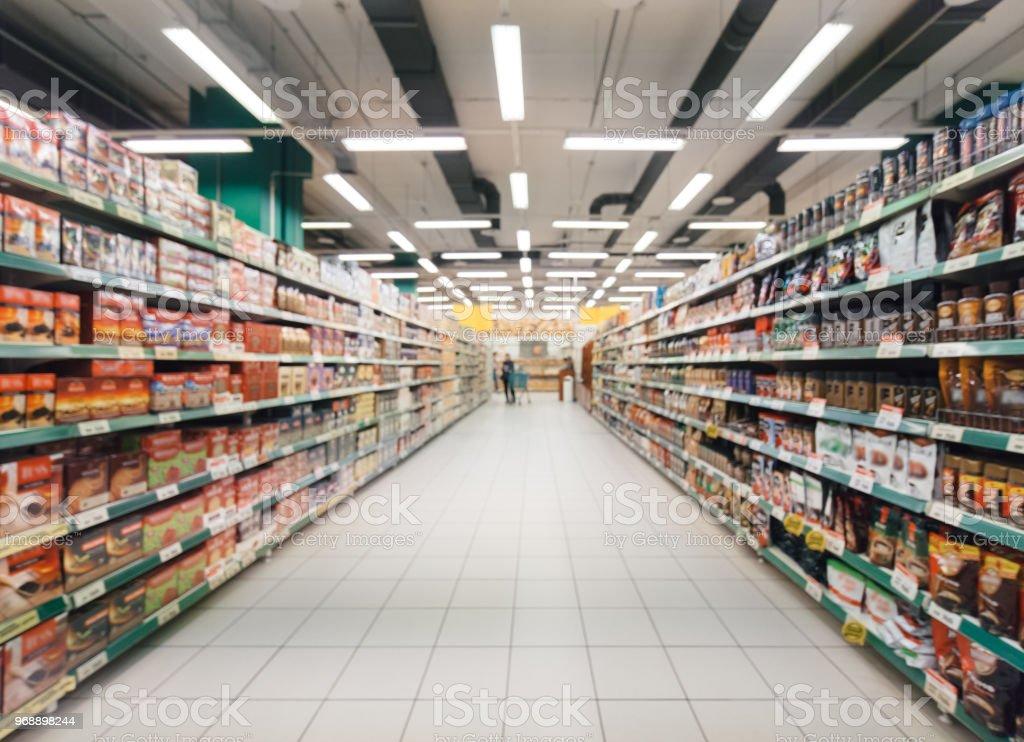 模糊的超市的走道上 - 免版稅人圖庫照片