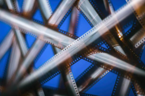 verschwommene texturen hintergrund - analoge filmstreifen. - medium strähnchen stock-fotos und bilder