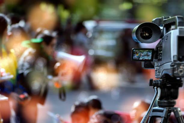 verschwommene videokamera unter video ecording aktivität im rahmen der veranstaltung - dokumentation stock-fotos und bilder