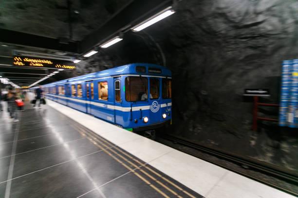 suddig vy av ett tåg på en tunnelbanestation, stockholm, sverige - tunnel trafik sverige bildbanksfoton och bilder