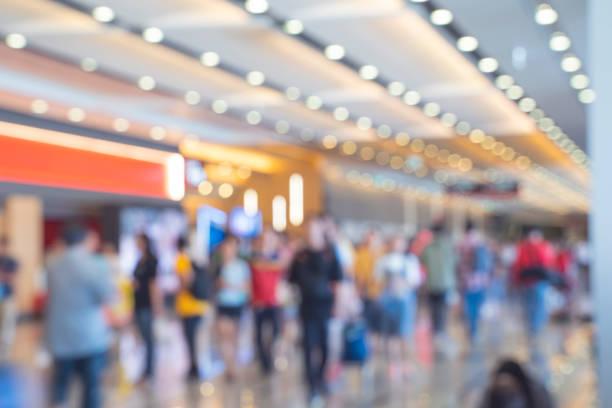 Fondo desenfocado y difuminado de crowd en la sala de exposiciones de eventos comerciales. Feria comercial, centro comercial y concepto de publicidad de marketing, el concepto de negocio de la industria MICE - foto de stock