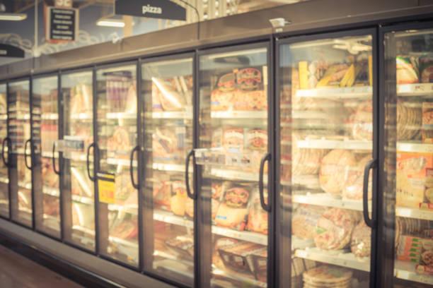 pizza congelada do fundo obscuro no congelador no supermercado americano - comida congelada - fotografias e filmes do acervo