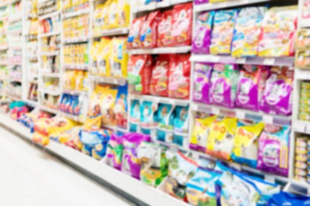 Arrière-plan flou of Animal nourrir Département produit en supermarché. - Photo