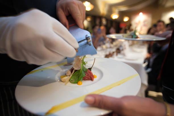 Unscharfen Hintergrund Koch Folie Trüffel-Pilz setzen Sie auf Top-Food auf Dinner-Party im Restaurant. – Foto