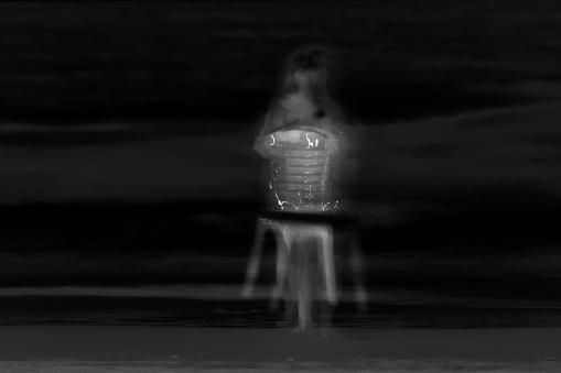 Onscherp Beeld Van Een Meisje Op Het Donker Stockfoto en meer beelden van Angst