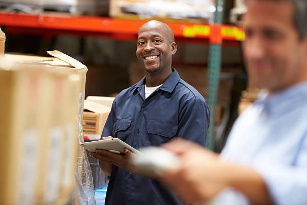 manager im warehouse mit arbeiter scan box - einzelhandelsarbeiter stock-fotos und bilder