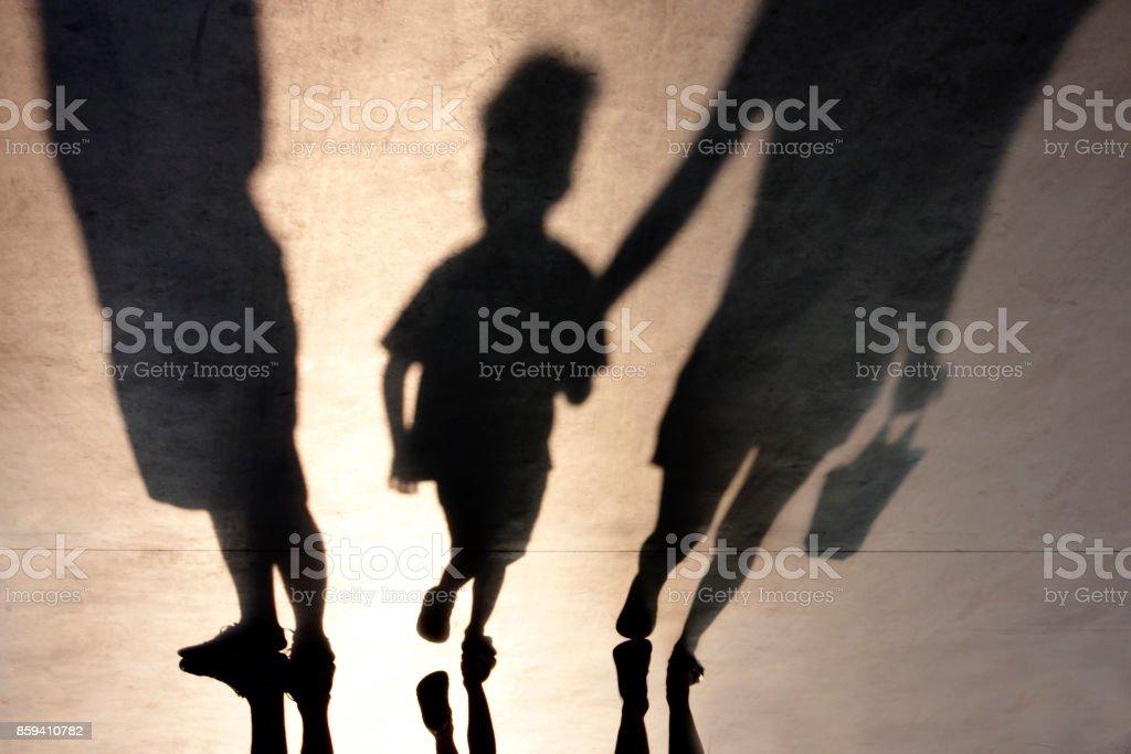 二人と子供のぼやけた影 ストックフォト